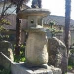 丸亀・金比羅街道 正面寺の自然石燈籠
